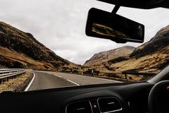 Samochodowy jeżdżenie przez Glencoe, Szkocja średniogórza szkockich zdjęcia stock