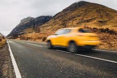 Samochodowy jeżdżenie przez Glencoe, Szkocja średniogórza szkockich fotografia stock
