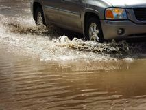 Samochodowy jeżdżenie Przez powodzi Nawadnia obrazy stock