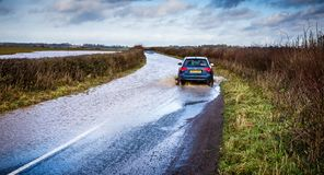 Samochodowy jeżdżenie przez zalewającej drogi blisko Nunney W Somerset, UK obraz royalty free