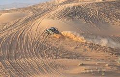 Samochodowy jeżdżenie w pustyni Obraz Stock