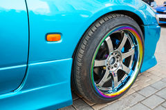 Samochodowy koło na kolorowym kruszcowym dysku, zbliżenie fotografia Fotografia Stock