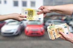 Samochodowy kupienia pojęcie, kobiet ręki z euro zdjęcia stock