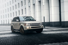 Samochodowy Land Rover Range Rover statywowy pobliski nowożytny budynek w Moskwa mieście przy dniem Zdjęcia Stock