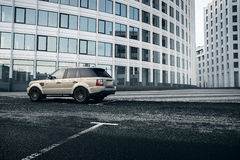 Samochodowy Land Rover Range Rover statywowy pobliski nowożytny budynek w Moskwa mieście przy dniem Zdjęcie Royalty Free