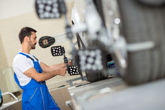 Samochodowy mechanik instaluje czujnika Obrazy Royalty Free