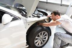 Samochodowy mechanik naprawia samochodowego bodywork pojazd po ruchu drogowego a zdjęcia stock