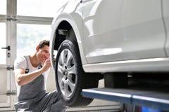 Samochodowy mechanik naprawia samochodowego bodywork pojazd po ruchu drogowego a obrazy royalty free