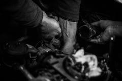 Samochodowy mechanik pracuje na silniku Obraz Royalty Free