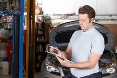 Samochodowy mechanik Pracuje W Auto Remontowym sklepie obrazy stock