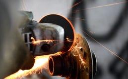 Samochodowy mechanik pracuje z graniastą szlifierską maszyną obraz royalty free