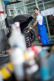 Samochodowy mechanik pracuje z maszynowym balancer zdjęcie royalty free