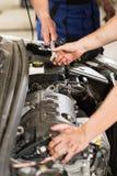 Samochodowy mechanik przechodzi wyrwanie kolega obraz stock
