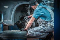 Samochodowy mechanik przy pracą zdjęcie stock