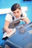 Samochodowy mechanik przy stacją obsługi Fotografia Stock