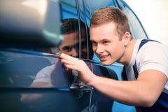 Samochodowy mechanik przy stacją obsługi zdjęcie royalty free