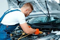 Samochodowy mechanik przy stacją obsługi zdjęcia royalty free