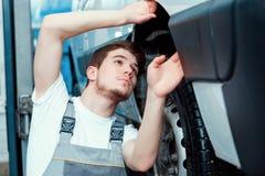 Samochodowy mechanik przy stacją obsługi zdjęcia stock