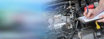 Samochodowy mechanik sprawdza samochodowego silnika obraz royalty free