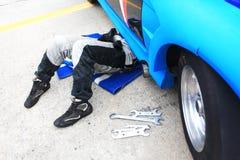Samochodowy mechanik w auto remontowej usługa zdjęcia stock