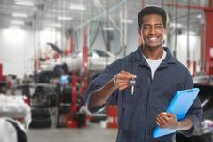 Samochodowy mechanik w garażu obraz royalty free