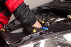 Samochodowy mechanik w jego remontowego sklepu pozyci obrazy stock