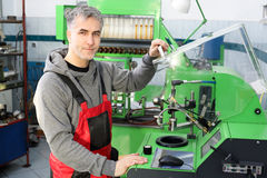 Samochodowy mechanik w warsztacie Zdjęcia Royalty Free