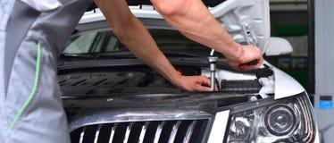 Samochodowy mechanik w warsztacie - silnik diagnoza na ve i naprawa fotografia royalty free