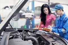 Samochodowy mechanik wyjaśnia samochodowych problemy Obraz Royalty Free