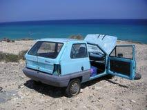samochodowy na plaży morza wrak obrazy stock