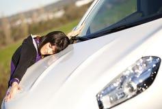 samochodowy obejmowanie jej nowa kobieta zdjęcia royalty free