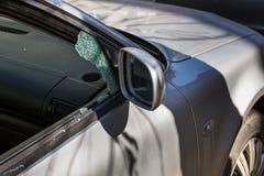 Samochodowy okno roztrzaskujący złodziejem Samochód łamający okno Łamany prawej strony okno samochód parkujący na ulicie obrazy royalty free