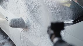 Samochodowy płuczkowy proces na samoobsłudze, pieniący detergent z wysokość naciskiem myje daleko brud swobodny ruch zdjęcie wideo