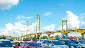 Samochodowy parking obok zwyczajnego mosta w Pulau Kumala, Tenggarong, Indonezja Zdjęcia Stock