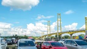 Samochodowy parking obok zwyczajnego mosta w Pulau Kumala, Tenggarong, Indonezja Obrazy Royalty Free