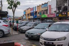 Samochodowy parking przy małym zdjęcia stock