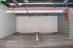 Samochodowy parking w podziemnym garażu Obraz Stock