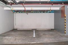 Samochodowy parking w podziemnym garażu Fotografia Royalty Free