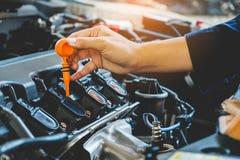 Samochodowy Parowozowego oleju mechanik pracuje w auto remontowej usługa obraz stock