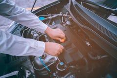 Samochodowy Parowozowego oleju utrzymania naprawy automobilowy pracownik Ogniskowania sof Zdjęcia Royalty Free