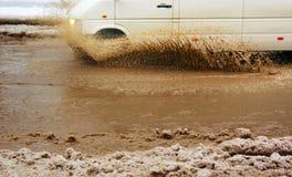Samochodowy pluśnięcie kałuża zdjęcia royalty free