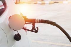 Samochodowy powstrzymywanie i refueling na benzynie zdjęcia stock