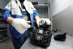 Samochodowy przekładni pudełka naprawy automobilowej naprawy garażu warsztatowy mechanik Zdjęcia Stock