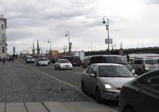 Samochodowy ruch drogowy na embankmen Zdjęcia Royalty Free