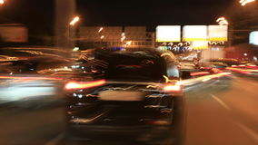 Samochodowy ruch drogowy na nocy ulicach miasto zbiory