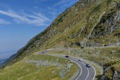 Samochodowy ruch drogowy na Transfagarasan halnej wijącej drodze od Karpackich gór w Rumunia, Obraz Stock