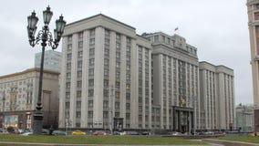 Samochodowy ruch drogowy przed budynkiem stan duma Rosja w Moskwa zbiory