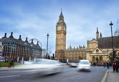 Samochodowy ruch drogowy w Londyńskim mieście big bena Obrazy Royalty Free
