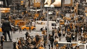 Samochodowy ruch drogowy w Miasto Nowy Jork i Tłoczy się ludzie Tylko Żółty kolor zbiory wideo