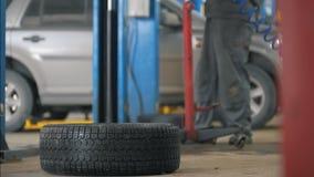 Samochodowy samochód usługa działanie - mechanik odśrubowywa szczegół samochód zbiory wideo